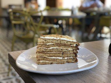 Experimentamos o famoso bolo de mel russo no Restaurante Bibilioteka