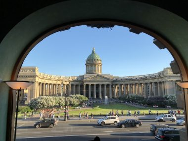 A Catedral de Kazan vista a partir do Zinger Cafe