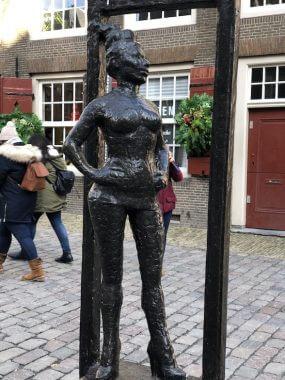 Estátua da profissional do sexo presente em frente à igreja