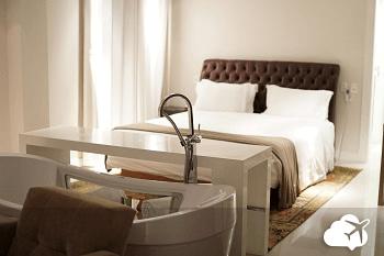 banheira no quarto no modevie, um hotel em gramado
