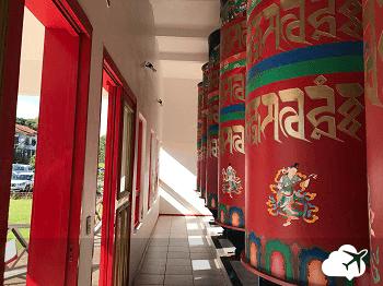 rolos de mantra no templo budista gramado