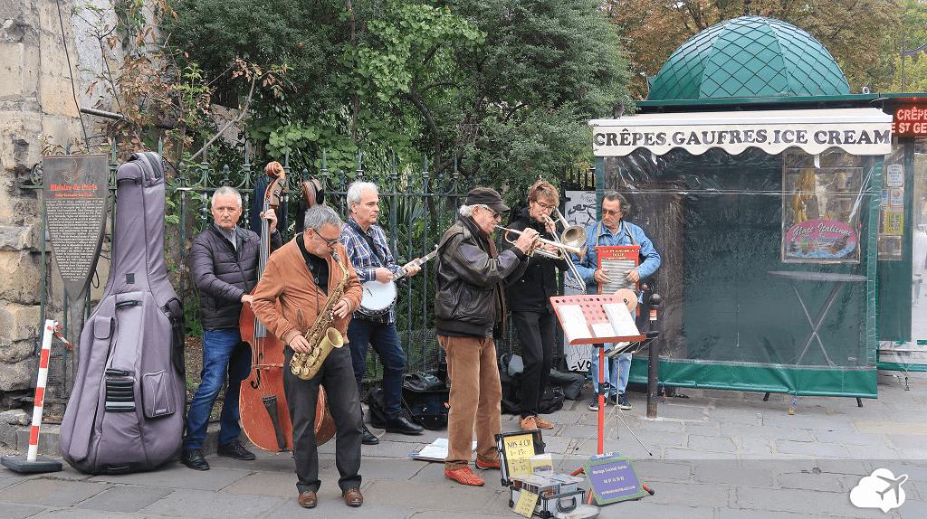 Artistas alegrando o clima do bairro