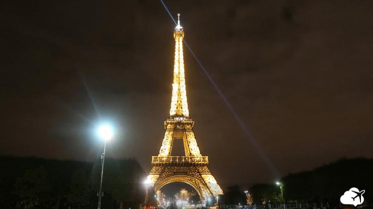 vista noturna torre eiffel