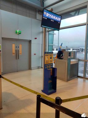 Medidor de bagagem no portão de embarque da Ryanair