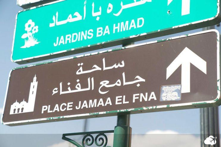 placa no marrocos em diversos idiomas