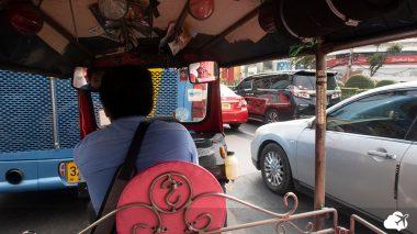 tuk-tuk é um meio de transporte ao viajar para a tailândia