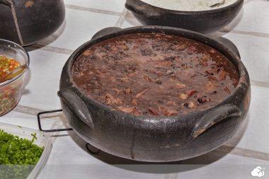 a feijoada é uma das principais comidas típicas brasileira
