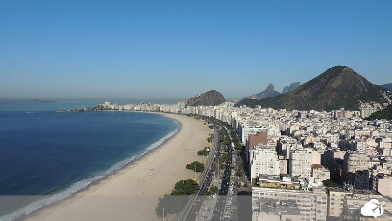 praia de copacabana faz parte do roteiro de todo turista que visita o rio de janeiro