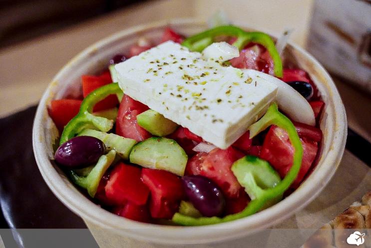 a salada grega é uma das comidas típicas da grécia