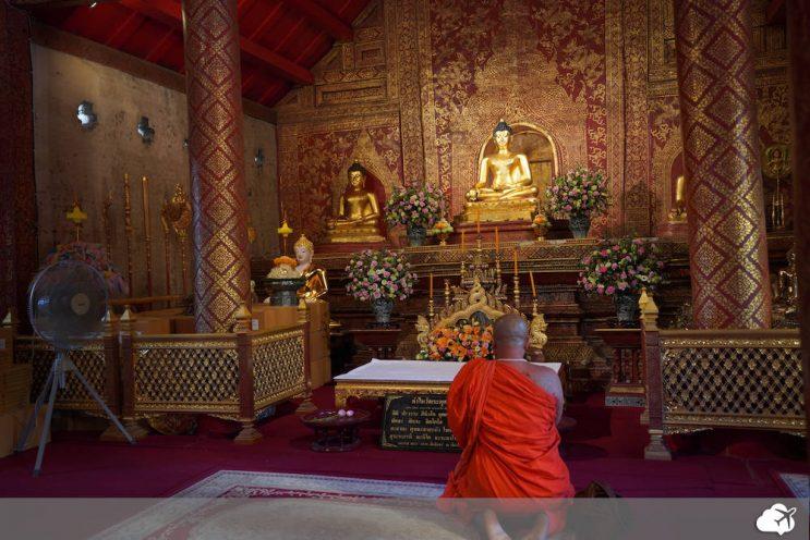 monge rezando para buda