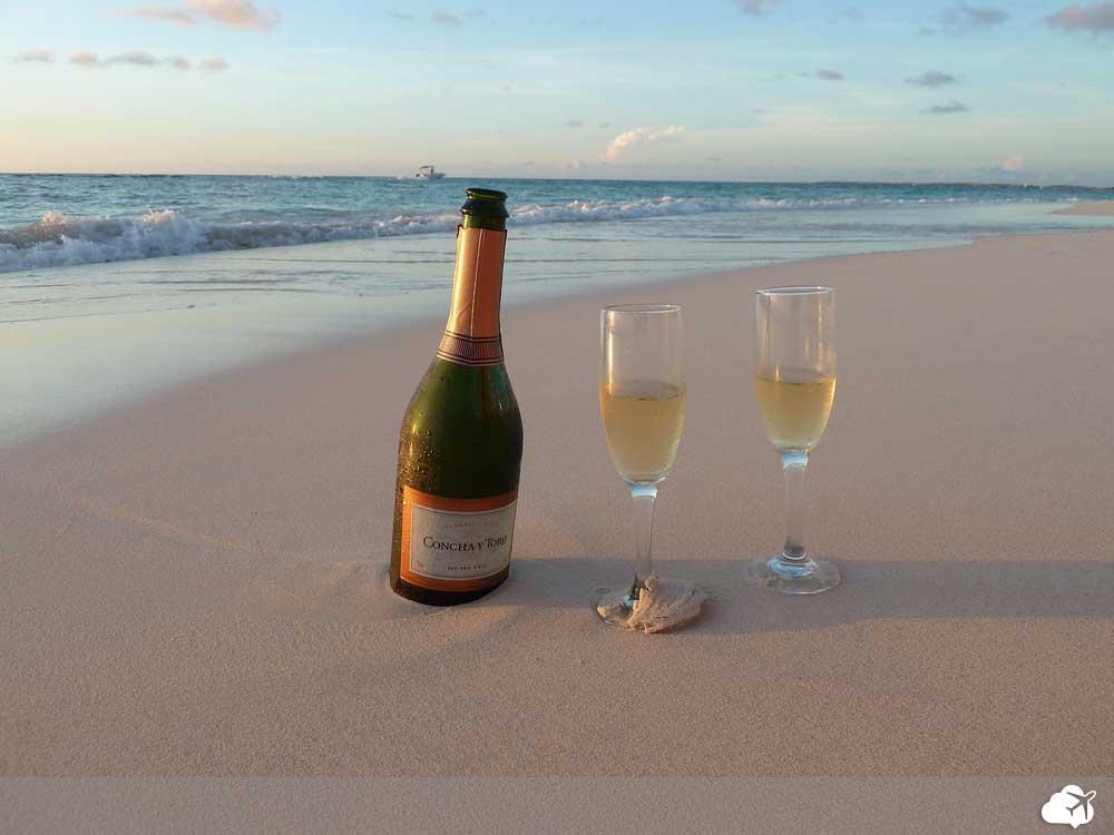 taça de champagne na praia em Aruba