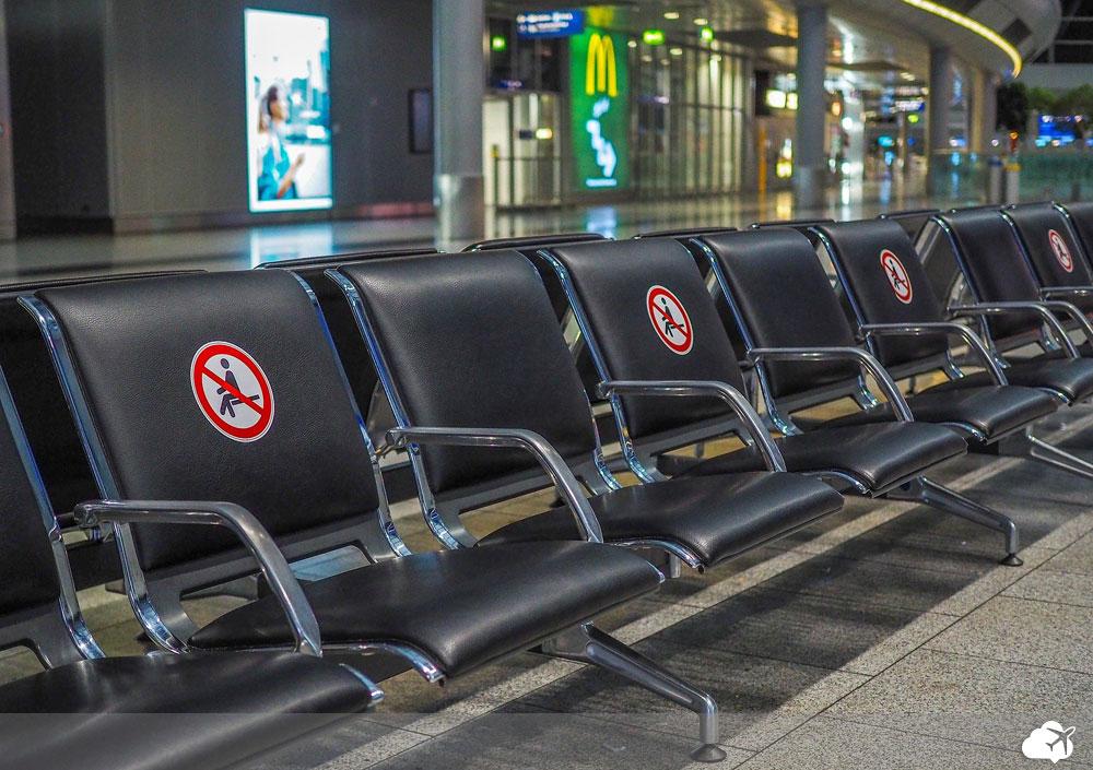 distanciamento em cadeiras no aeroporto