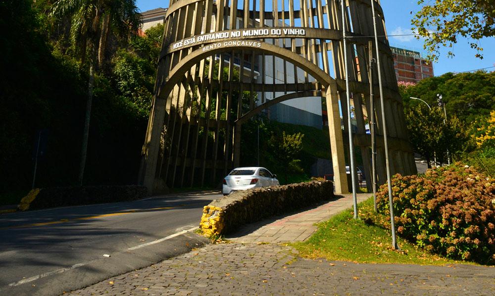 carro chegando a bento gongalves e passando pelo portico